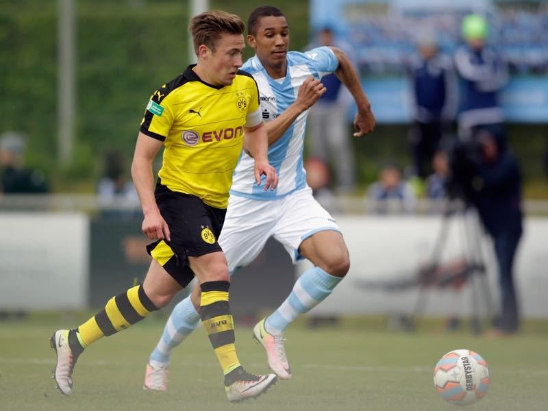 Ohis Felix Uduokhai (R) of Muenchen competes for the ball with Felix Passlack of Dortmund during the German U19 championship semi final first leg match between TSV 1860 Muenchen U19 and Borussia BVB Dortmund U19 at Sportpark Heimstetten on May 16, 2016 in Heimstetten, Germany. (Photo by Johannes Simon/Bongarts/Getty Images)