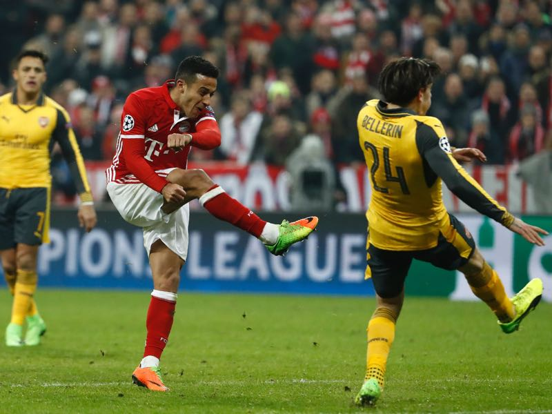 Bayern Munich's Spanish midfielder Thiago Alcantara (C) scores the 4-1 goal with Bayern Munich's Polish forward Robert Lewandowski during the UEFA Champions League round of sixteen football match between FC Bayern Munich and Arsenal in Munich, southern Germany, on February 15, 2017. / AFP / Odd ANDERSEN (Photo credit should read ODD ANDERSEN/AFP/Getty Images)