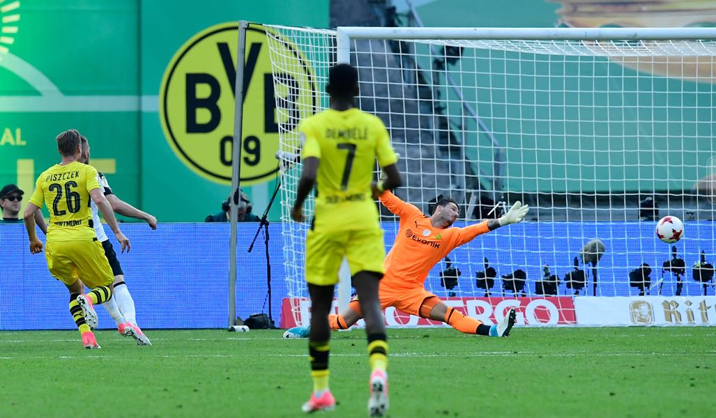 The moment that brought Frankfurt back into the match. (TOBIAS SCHWARZ/AFP/Getty Images)