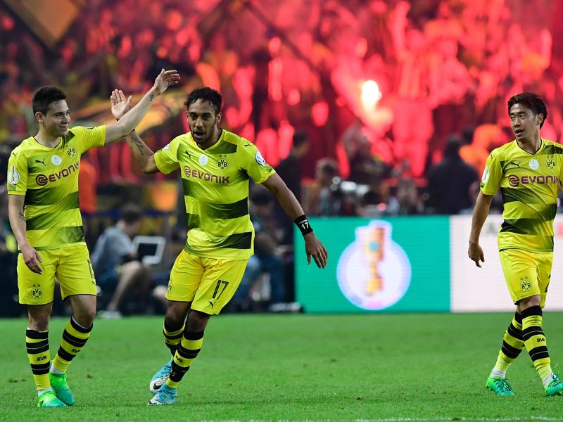Aubameyang celebrates scoring his Panenka penalty goal. (TOBIAS SCHWARZ/AFP/Getty Images)