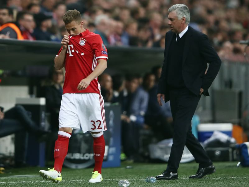 Carlo Ancelotti (r.) and Joshua Kimmich (l.) do not seem to agree on how to move forward together. (Photo by Alex Grimm/Bongarts/Getty Images)