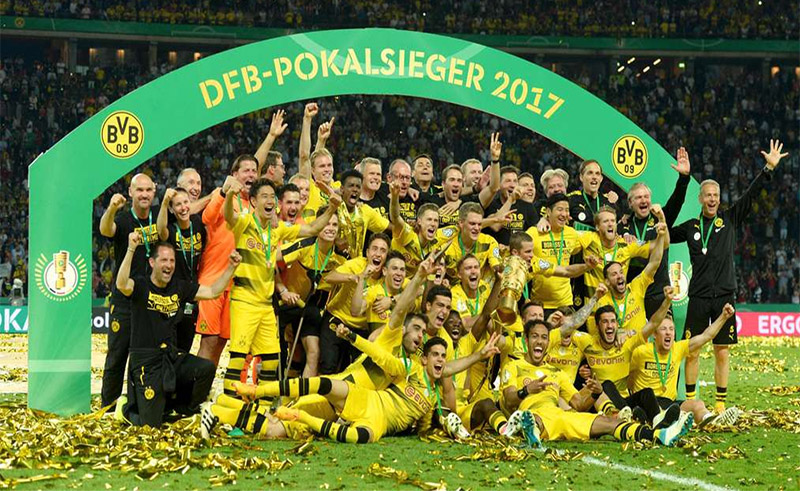 Borussia Dortmund's players celebrate with the trophy after winning the German Cup (DFB Pokal) final (Photo CHRISTOF STACHE/AFP/Getty Images)