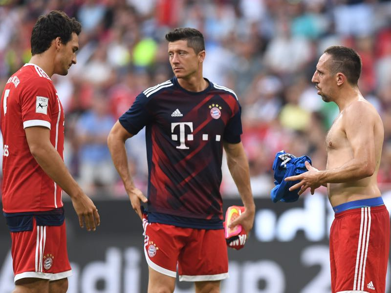 Robert Lewandowski (c.) is Bayern's goal guarantee. (CHRISTOF STACHE/AFP/Getty Images)