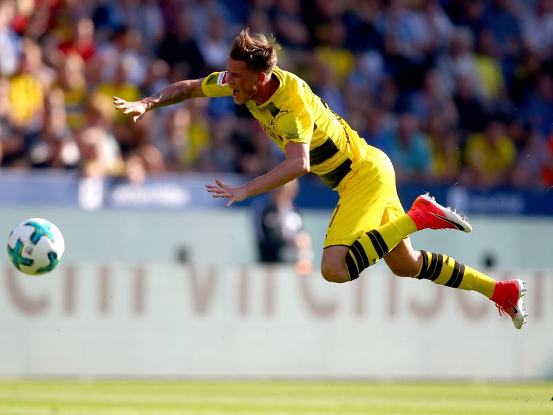 Erik Durm has been struggling with a hip problem during the pre-season. (Photo by Christof Koepsel/Bongarts/Getty Images)
