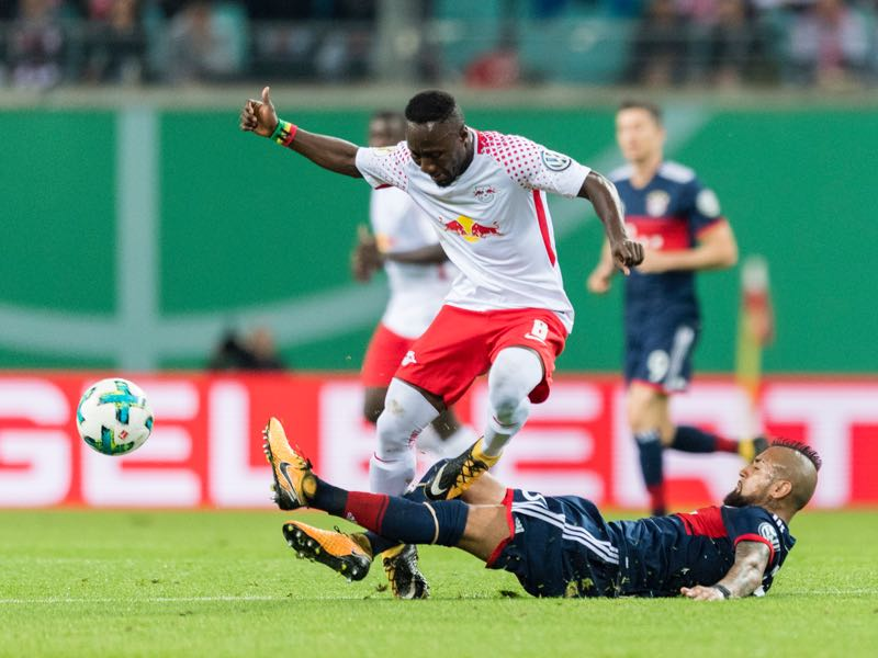 Naby Keïta (l.) struggled against Bayern and was later sent off. (ROBERT MICHAEL/AFP/Getty Images)