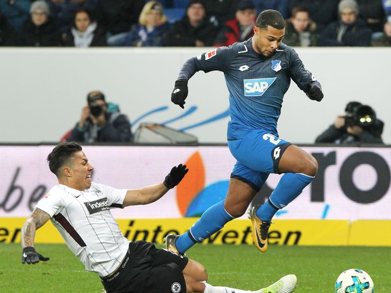 Serge Gnabry (r.) wants to jump on the World Cup train. (AMELIE QUERFURTH/AFP/Getty Images)