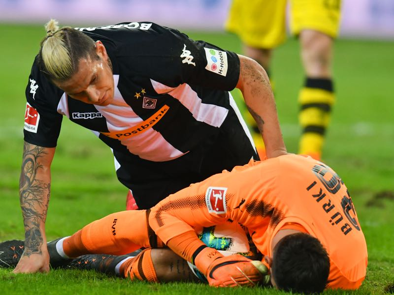 Roman Bürki (r.) was unbeatable on Sunday night. (PATRIK STOLLARZ/AFP/Getty Images)