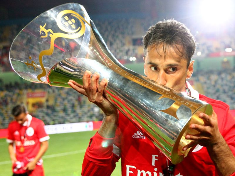 Benfica's forward Jonas from Brasil with Portuguese Super Cup trophy after the match between SL Benfica and VSC Guimaraes at Estadio Municipal de Aveiro on August 05, 2017 in Lisbon, Portugal. (Photo by Carlos Rodrigues/Getty Images)