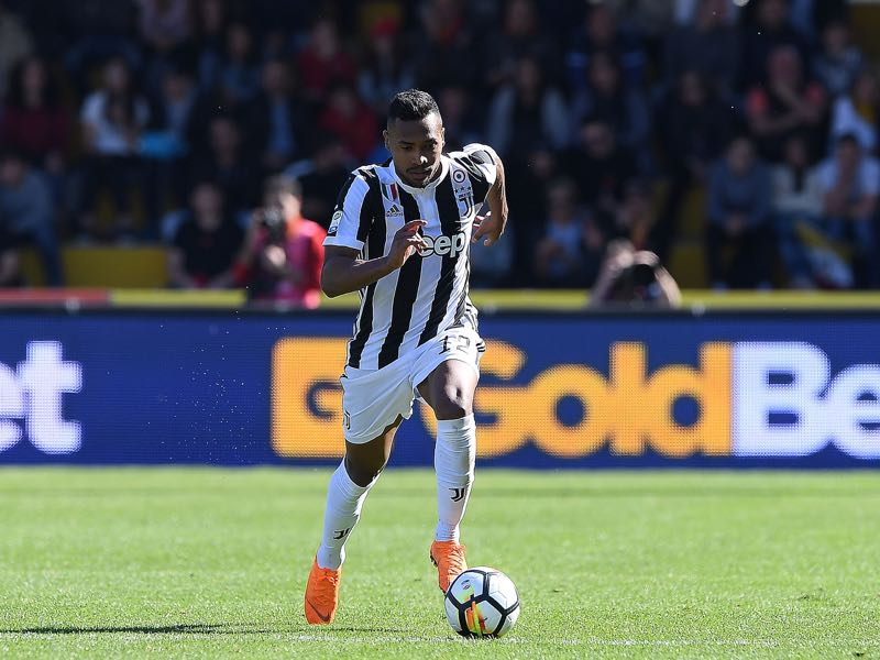 Alex Sandro of Juventus in action during the serie A match between Benevento Calcio and Juventus at Stadio Ciro Vigorito on April 7, 2018 in Benevento, Italy. (Photo by Francesco Pecoraro/Getty Images)