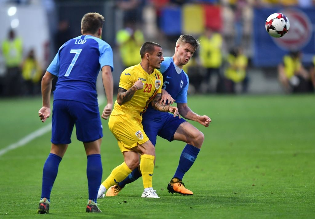 Alexandru Mitrita (C) of Romania vies with Henri Toivomaki (R) of Finland during the international friendly football match Romania v Finland in Ploiesti city June 5, 2018. (Photo by Daniel MIHAILESCU / AFP) (Photo credit should read DANIEL MIHAILESCU/AFP/Getty Images)