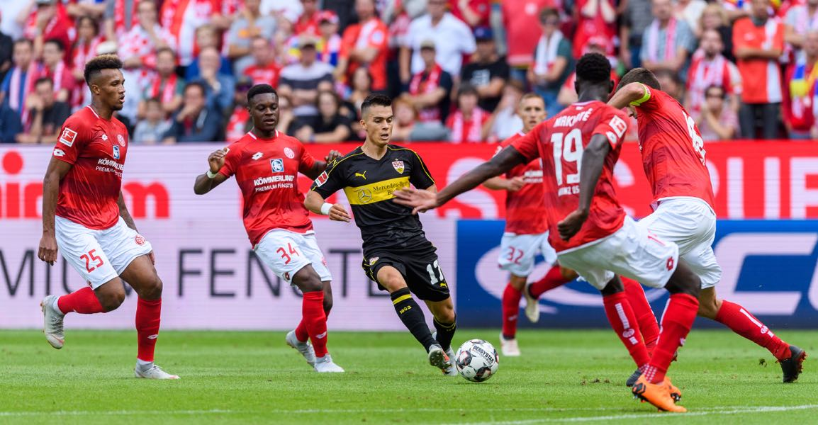 Erik Thommy of Stuttgart in action against Stefan Bell of Mainz (R) during the Bundesliga match between 1. FSV Mainz 05 and VfB Stuttgart at Opel Arena on August 26, 2018 in Mainz, Germany. (Photo by Alexander Scheuber/Bongarts/Getty Images)