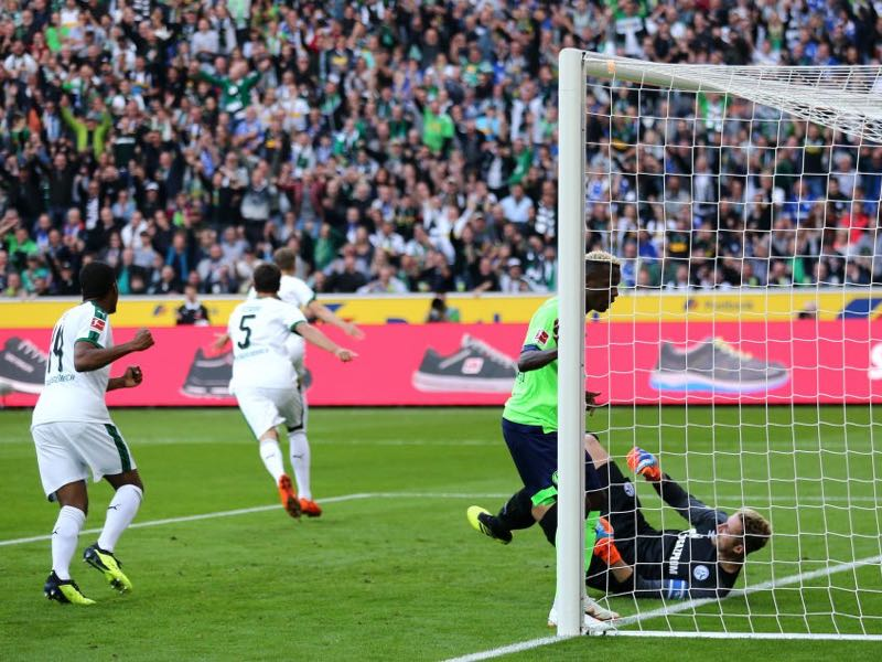Borussia Mönchengladbach vs Schalke - Matthias Ginter of Borussia Monchengladbach scores his team's first goal during the Bundesliga match between Borussia Moenchengladbach and FC Schalke 04 at Borussia-Park on September 15, 2018 in Moenchengladbach, Germany. (Photo by Christof Koepsel/Bongarts/Getty Images)
