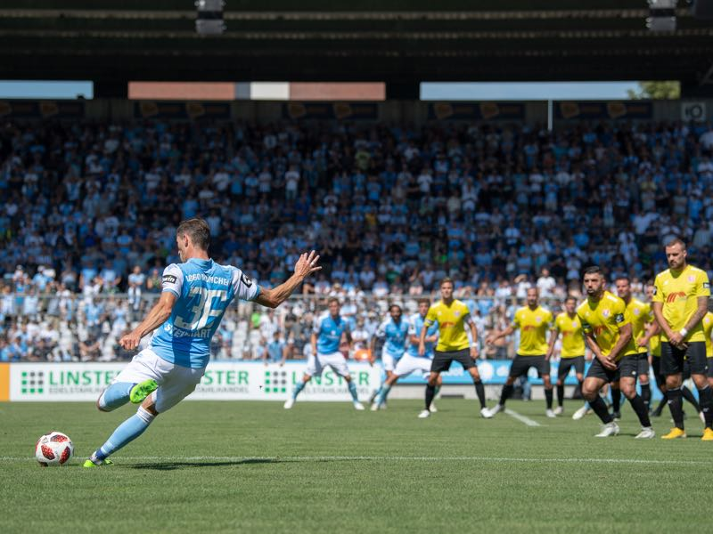 Philipp Steinhart of 1860 Muenchen shoots a free kick during the 3. Liga match between TSV 1860 Muenchen and KFC Uerdingen 05 at Stadion an der Gruenwalder Strasse on August 12, 2018 in Munich, Germany. (Photo by Sebastian Widmann/Bongarts/Getty Images)