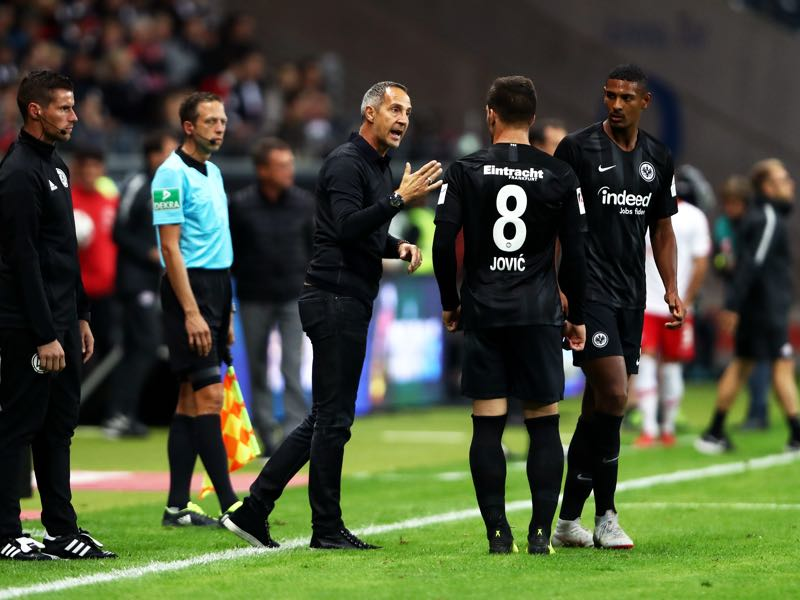 Eintracht Frankfurt v RB Leipzig - Adi Hütter, Manager of Eintracht Frankfurt speaks to Luka Jovic and Sebastien Haller during the Bundesliga match between Eintracht Frankfurt and RB Leipzig at Commerzbank-Arena on September 23, 2018 in Frankfurt am Main, Germany. (Photo by Alex Grimm/Bongarts/Getty Images)