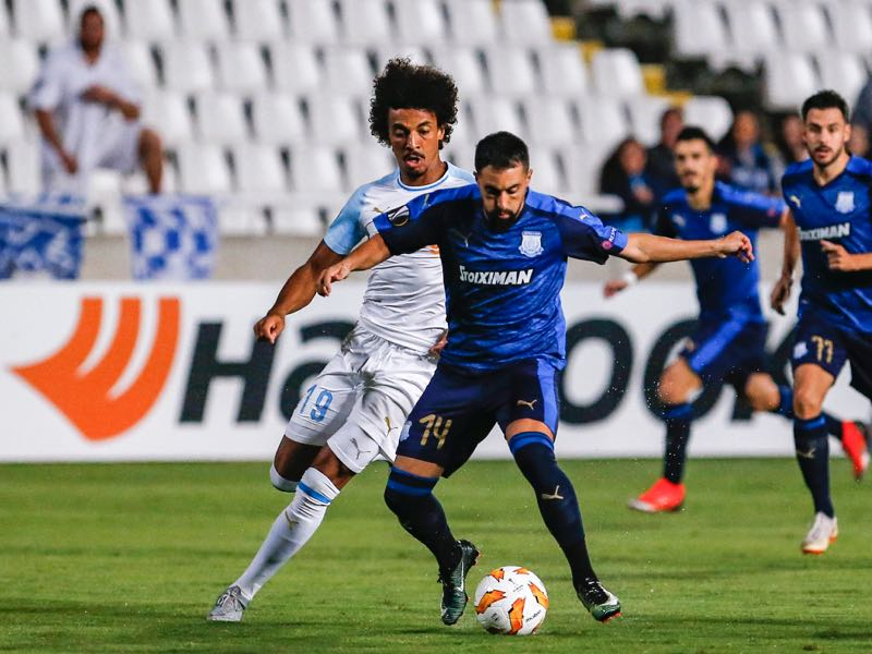 Apollon Limassol's Argentine forward Facundo Pereyra (R) is marked by Marseille's Brazilian midfielder Luiz Gustavo during the UEFA Europa League group H football match between Apollon Limassol and Olympique de Marseille at the GSP stadium in the Cypriot capital Nicosia on October 4, 2018. (Photo by Matthieu CLAVEL / AFP)