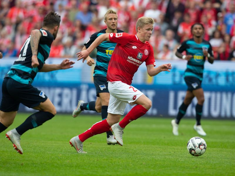 Jonathan Burkardt of Mainz drives the ball during the Bundesliga match between 1. FSV Mainz 05 and Hertha BSC at Opel Arena on October 6, 2018 in Mainz, Germany. (Photo by Juergen Schwarz/Bongarts/Getty Images)