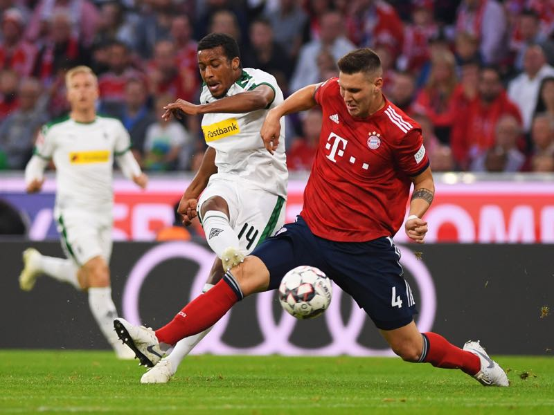 Alassane Plea of Borussia Monchengladbach scores his team's first goal during the Bundesliga match between FC Bayern Muenchen and Borussia Moenchengladbach at Allianz Arena on October 6, 2018 in Munich, Germany. (Photo by Matthias Hangst/Bongarts/Getty Images)
