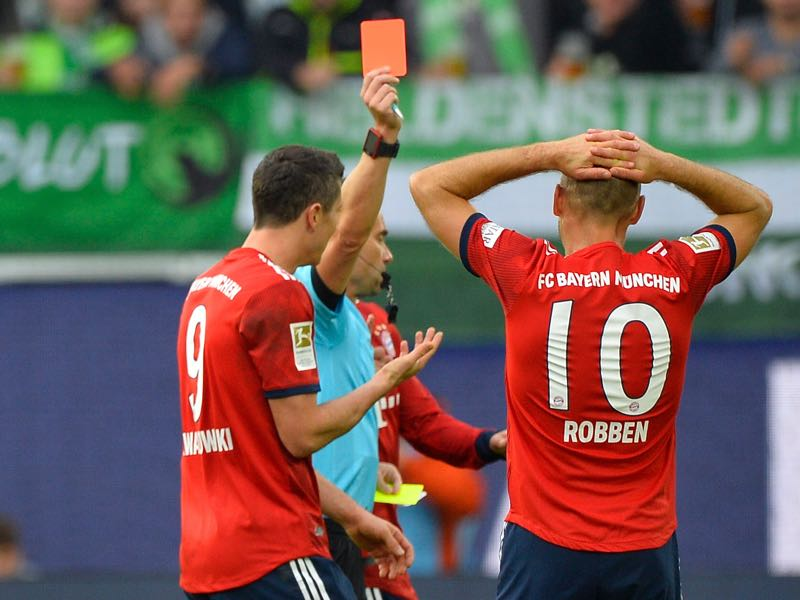 Bayern Munich's Dutch midfielder Arjen Robben (R) and Bayern Munich's Polish forward Robert Lewandowski react after Robben got the red card during the German First division Bundesliga football match between VfL Wolfsburg and Bayern Munich, on October 20, 2018 in Wolfsburg. (Photo by John MACDOUGALL / AFP)