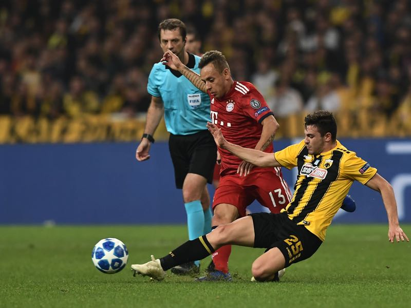 AEK Athens v Bayern - Bayern Munich's Brazilian defender Rafinha (L) vies with AEK's Greek midfielder Kostas Galanopoulos during the UEFA Champions League football match between AEK Athens FC and FC Bayern Munchen at the OACA Spyros Louis stadium in Athens on October 23, 2018. (Photo by ARIS MESSINIS / AFP)