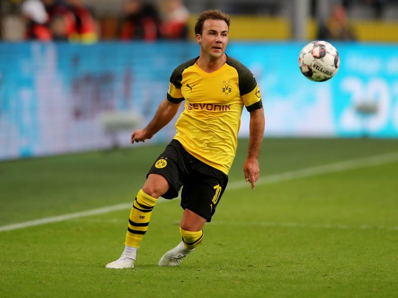 Mario Götze of Dortmund runs with the ball during the Bundesliga match between Borussia Dortmund and Hertha BSC at Signal Iduna Park on October 27, 2018 in Dortmund, Germany. The match between Dortmund and Berlin ended 2-2. (Photo by Christof Koepsel/Bongarts/Getty Images)