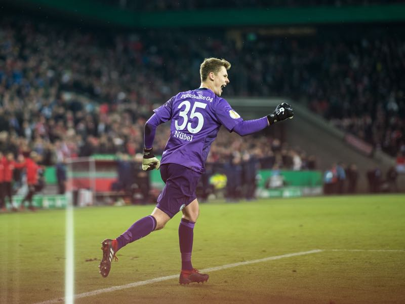 Köln vs Schalke - Goalkeeper Alexander Nübel of Schalke celebrates his team's win after penalty shoot out after the DFB Cup match between 1. FC Koeln and FC Schalke 04 at RheinEnergieStadion on October 31, 2018 in Cologne, Germany. (Photo by Lukas Schulze/Getty Images)