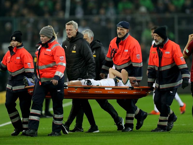 Gladbach v Hannover - Matthias Ginter of Gladbach is carried injured off the field during the Bundesliga match between Borussia Moenchengladbach and Hannover 96 at Borussia-Park on November 25, 2018 in Moenchengladbach, Germany. (Photo by Maja Hitij/Bongarts/Getty Images)