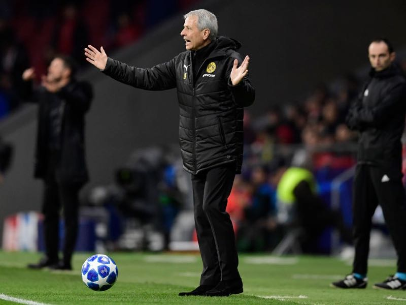 Atletico vs Dortmund - Borussia Dortmund's Swiss coach Lucien Favre gestures during the UEFA Champions League group A football match between Club Atletico de Madrid and Borussia Dortmund at the Wanda Metropolitan stadium in Madrid on November 6, 2018. (Photo by JAVIER SORIANO / AFP)