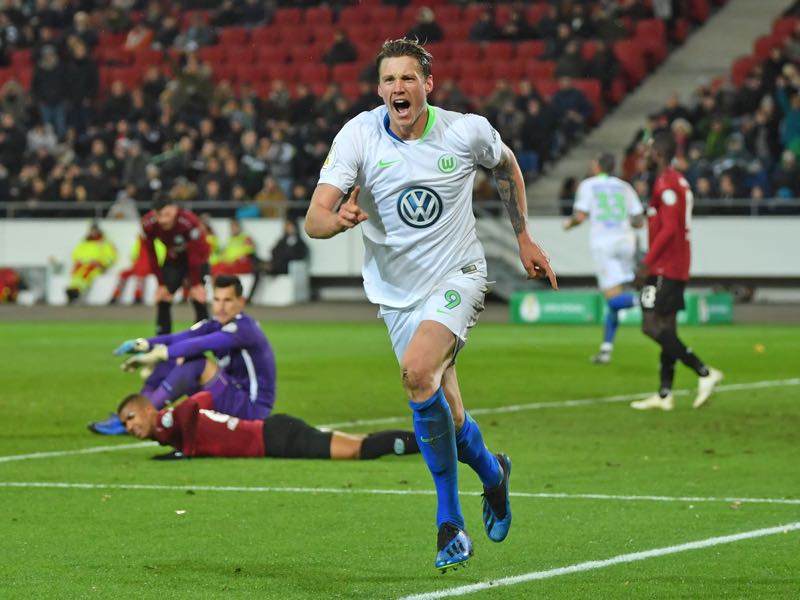 Wout Weghorst (R) of Wolfsburg celebrates the final goal during the DFB Cup match between Hannover 96 and VfL Wolfsburg at HDI-Arena on October 30, 2018 in Hanover, Germany. (Photo by Thomas Starke/Bongarts/Getty Images)