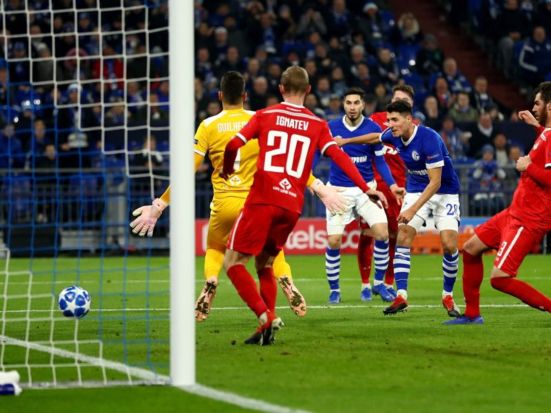 Alessandro Schoepf #28 of Schalke scores the opening goal during the UEFA Champions League Group D match between FC Schalke 04 and FC Lokomotiv Moscow at Veltins-Arena on December 11, 2018 in Gelsenkirchen, Germany. (Photo by Lars Baron/Getty Images)