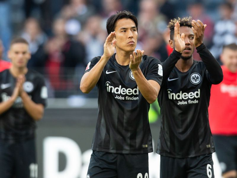 Makoto Hasebe of Frankfurt (L) and Jonathan de Guzman clap their hands after the Bundesliga match between Eintracht Frankfurt and Hannover 96 at Commerzbank-Arena on September 30, 2018 in Frankfurt am Main, Germany. (Photo by Juergen Schwarz/Bongarts/Getty Images)