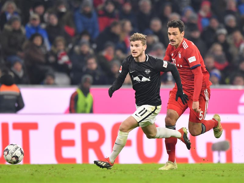 Timo Werner of Leipzig and Mats Hummels of Bayern Munich compete for the ball during the Bundesliga match between FC Bayern Muenchen and RB Leipzig at Allianz Arena on December 19, 2018 in Munich, Germany. (Photo by Sebastian Widmann/Bongarts/Getty Images)