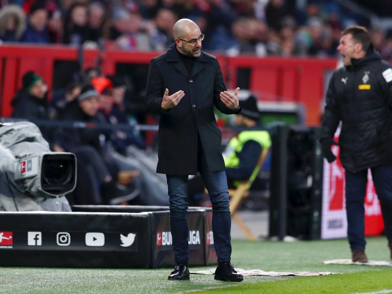 Leverkusen v Gladbach - Peter Bosz, Manager of Bayer 04 Leverkusen reacts during the Bundesliga match between Bayer 04 Leverkusen and Borussia Moenchengladbach at BayArena on January 19, 2019 in Leverkusen, Germany. (Photo by Lars Baron/Bongarts/Getty Images)