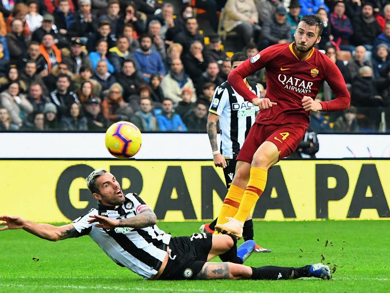 Bryan Cristante of AS Roma competes for the ball with Valon Behrami of Udinese Calcio during the Serie A match between Udinese and AS Roma at Stadio Friuli on November 24, 2018 in Udine, Italy. (Photo by Alessandro Sabattini/Getty Images)