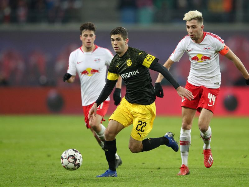Christian Pulisic of Borussia Dortmund gets away from Kevin Kampl of RB Leipzig during the Bundesliga match between RB Leipzig and Borussia Dortmund at Red Bull Arena on January 19, 2019 in Leipzig, Germany. (Photo by Adam Pretty/Bongarts/Getty Images)