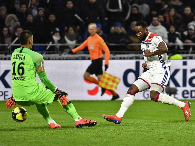 Lyon's French forward Moussa Dembele (R) tries to shoot as he faces Paris Saint-Germain's French goalkeeper Alphonse Areola (L) during the French L1 football match between Olympique Lyonnais (OL) and Paris-Saint Germain (PSG) at Groupama stadium in Decines-Charpieu, near Lyon, on February 3, 2019. (Photo by JEFF PACHOUD / AFP)