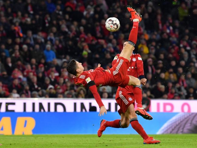 Bayern v Schalke - Robert Lewandowski of Bayern Munich attempts an overhead-kick during the Bundesliga match between FC Bayern Muenchen and FC Schalke 04 at Allianz Arena on February 9, 2019 in Munich, Germany. (Photo by Sebastian Widmann/Bongarts/Getty Images)