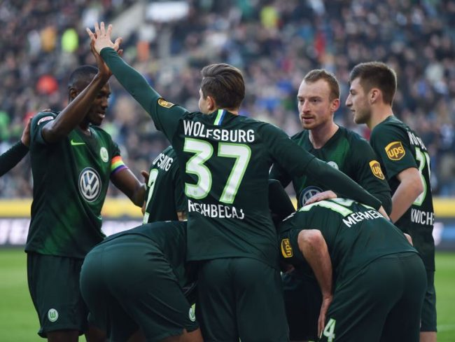 Gladbach v Wolfsburg - Wolfsburg's players celebrate during the German first division Bundesliga football match Borussia Moenchengladbach v Vfl Wolfsburg in Moenchengladbach, western Germany on February 23, 2019. (Photo by Patrik STOLLARZ / AFP)