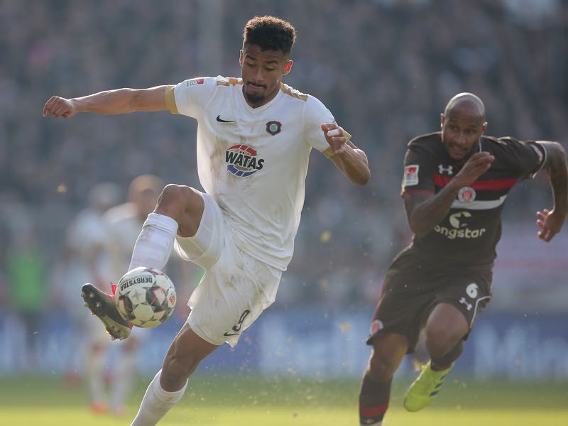 Emmanuel Iyoha of FC Erzgebirge Aue and Christopher Avevor of FC St. Pauli battle for the ball during the Second Bundesliga match between FC St. Pauli and FC Erzgebirge Aue at Millerntor Stadium on February 16, 2019 in Hamburg, Germany. (Photo by Cathrin Mueller/Bongarts/Getty Images)