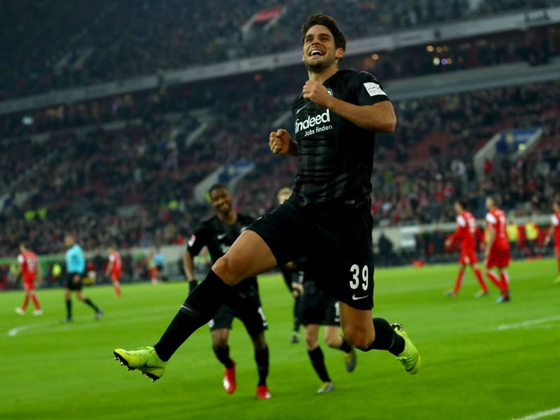 Düsseldorf v Frankfurt - Goncalo Paciencia of Eintracht Frankfurt celebrates after he scores the opening goal 1during the Bundesliga match between Fortuna Duesseldorf and Eintracht Frankfurt at Esprit-Arena on March 11, 2019 in Duesseldorf, Germany. (Photo by Lars Baron/Bongarts/Getty Images)