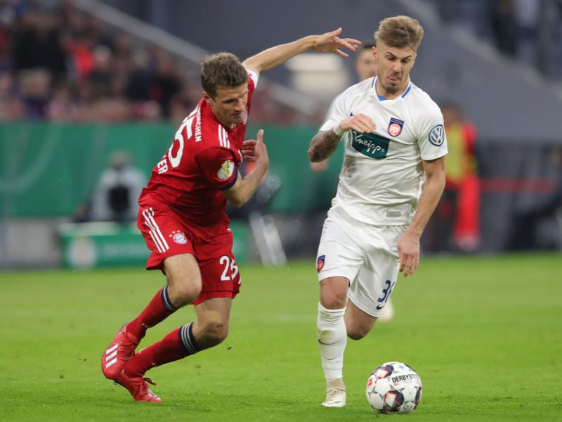Paderborn vs Heidenheim - Niklas Dorsch of Heidenheim is challenged by Thomas Mueller of Muenchen during the DFB Cup quarterfinal match between Bayern Muenchen and 1. FC Heidenheim at Allianz Arena on April 03, 2019 in Munich, Germany. (Photo by Alexander Hassenstein/Bongarts/Getty Images)