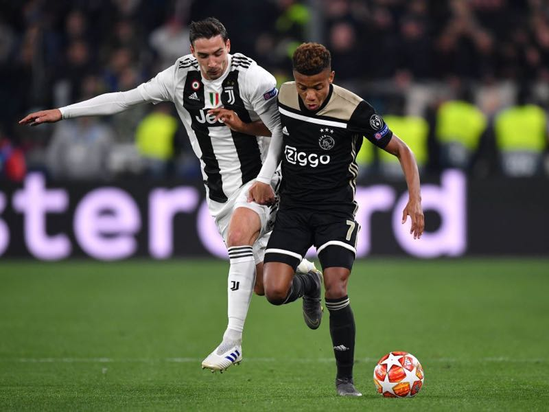 Juventus v Ajax - David Neres of Ajax is tackled by Mattia De Sciglio of Juventus during the UEFA Champions League Quarter Final second leg match between Juventus and Ajax at Allianz Stadium on April 16, 2019 in Turin, Italy. (Photo by Stuart Franklin/Getty Images)