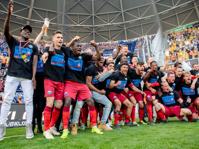 Players of Paderborn celebrate after the Second Bundesliga match between SG Dynamo Dresden and SC Paderborn 07 at Rudolf-Harbig-Stadion on May 19, 2019 in Dresden, Germany. (Photo by Thomas Eisenhuth/Bongarts/Getty Images)