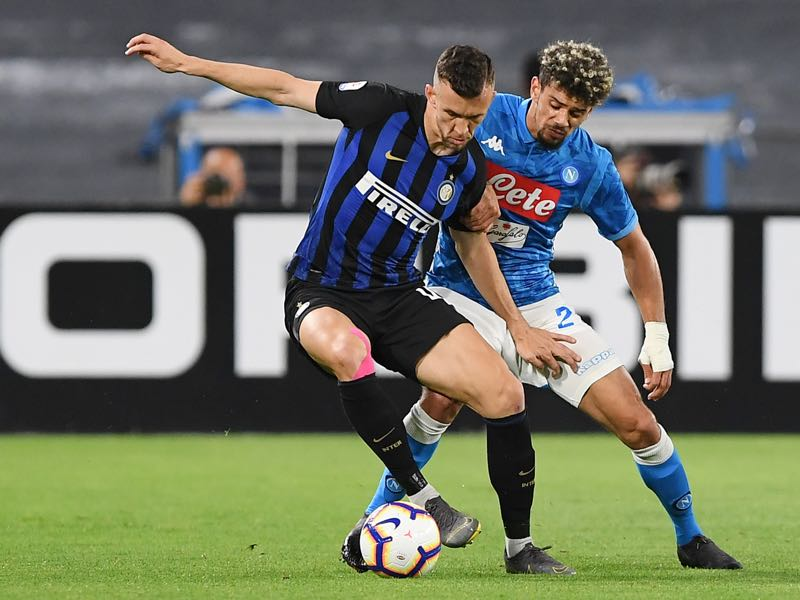 Kevin Malcuit of SSC Napoli vies with Ivan Perisic of FC Internazionale during the Serie A match between SSC Napoli and FC Internazionale at Stadio San Paolo on May 19, 2019 in Naples, Italy. (Photo by Francesco Pecoraro/Getty Images)