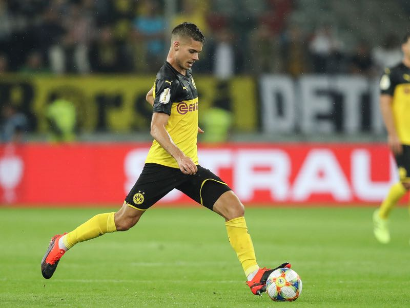 Julian Weigl of Borussia Dortmund controls the ball during the DFB Cup first round match between KFC Uerdingen and Borussia Dortmund at Merkur Spiel-Arena on August 09, 2019 in Duesseldorf, Germany. (Photo by Maja Hitij/Bongarts/Getty Images)