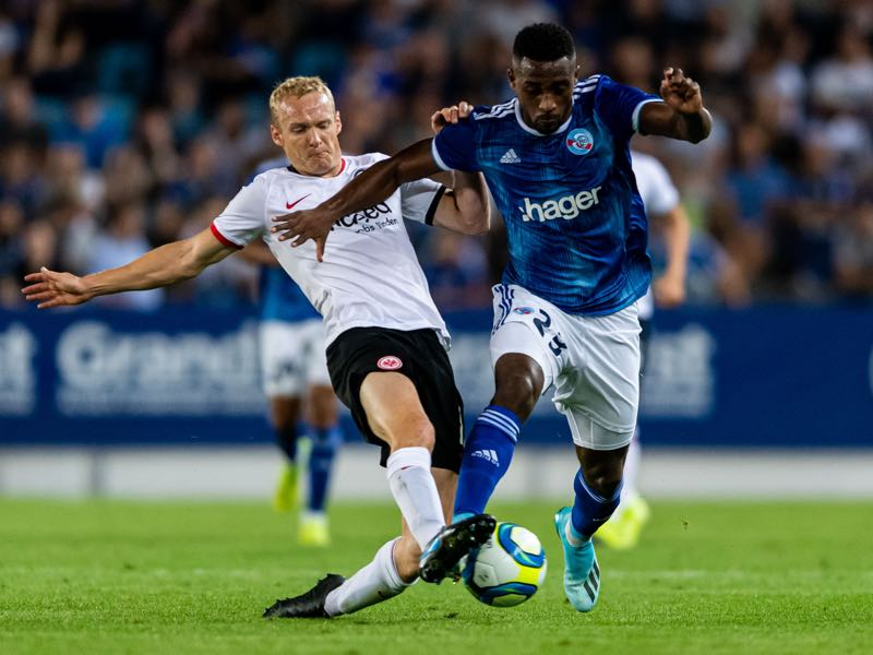 Sebastian Rode of Frankfurt in action against Lionel Carole of RC Strasbourg during the UEFA Europa League playoffs match between Racing Club de Strasbourg and Eintracht Frankfurt at Stade de la Meinau on August 22, 2019 in Strasbourg, France. (Photo by Alexander Scheuber/Getty Images)